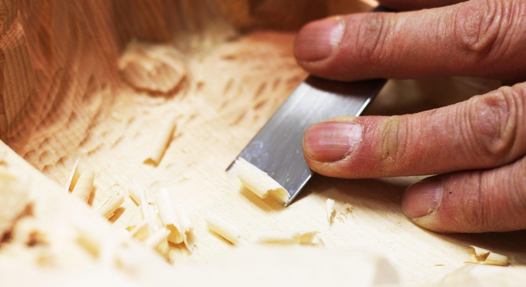Dettaglio della lavorazione di una scultura in legno