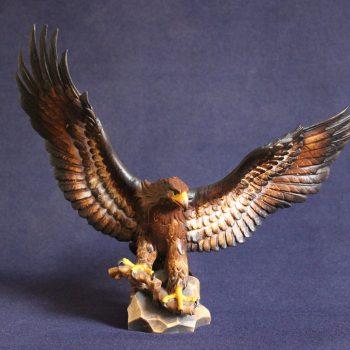 Scultura in legno aquila con ali aperte