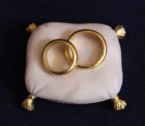 idea per bomboniera matrimonio: cuscino fedi bianco