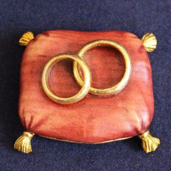 Bomboniera cuscino fedi in legno
