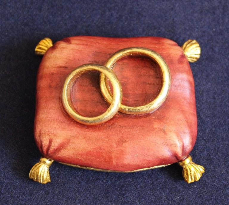 Idea per bomboniere artigianali: cuscino fedi rosso