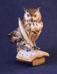 Scultura in legno Gufo con penna e libri in versione dipinta