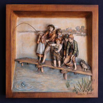 Bassorilievo in legno di cirmolo bambini pescatori
