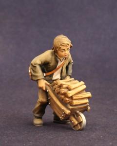 Statuina presepe in legno bambino con carriola e legna