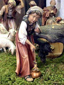 Statuina presepe tradizionale in legno donna al pozzo - versione dipinta
