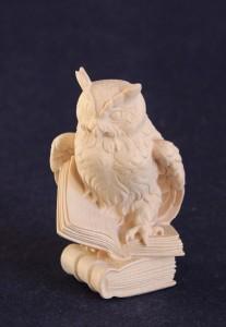 Scultura in legno Gufo con libri in versione naturale