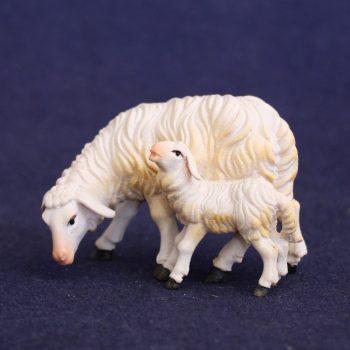 Scultura in legno: pecora brucante con agnello