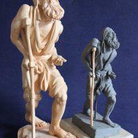 a destra bozzetto in plastilina a sinistra scultura in legno
