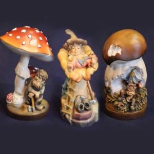 Sculture in legno di gnomi e funghi